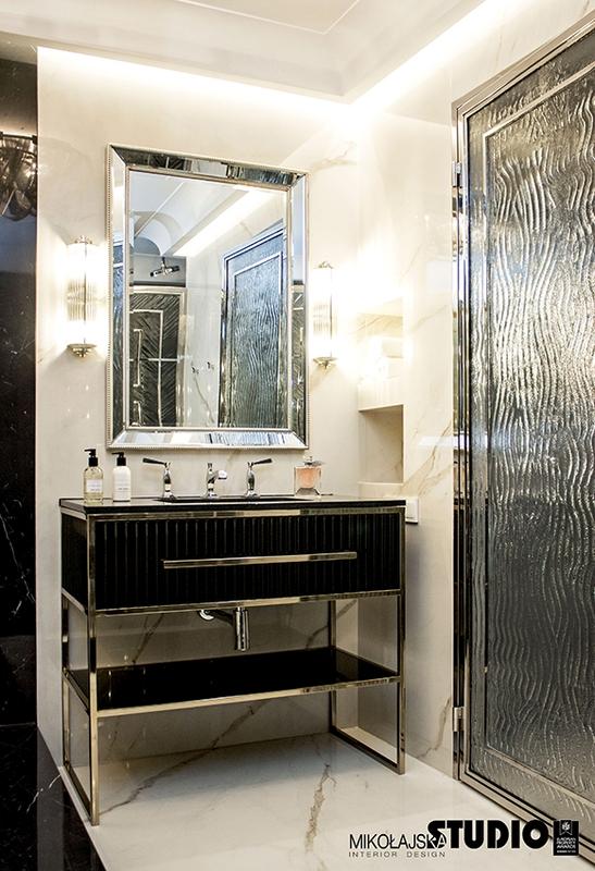 Elegancka łazienka z marmurem, złotem i prostokątnym lustrem