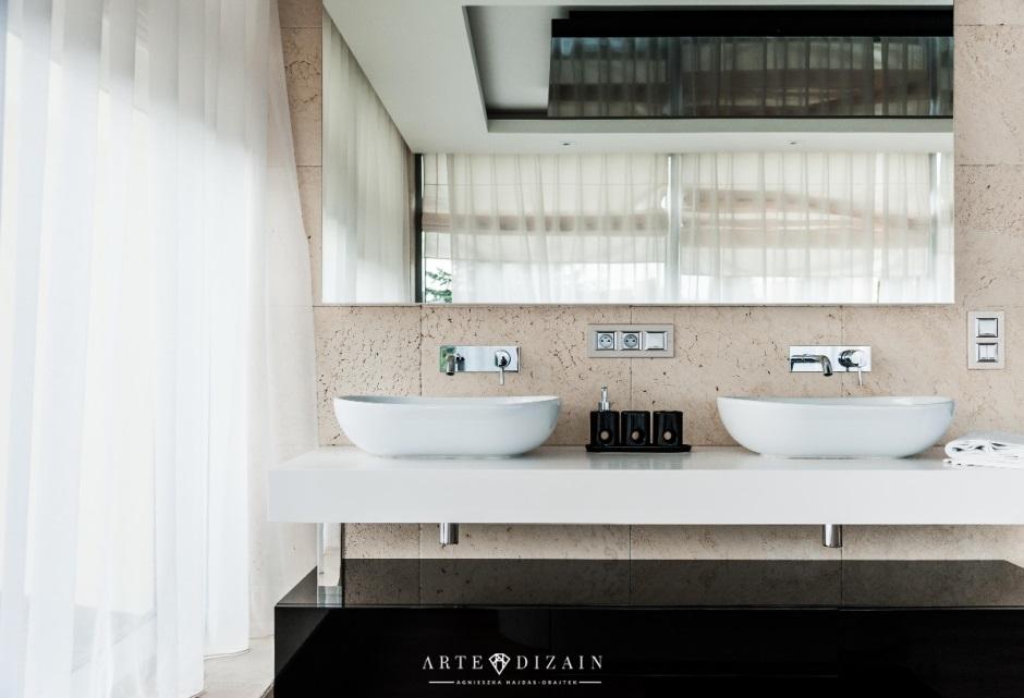 Dwie umywalki nablatowe w aranżacji łazienki z prostokątnym lustrem