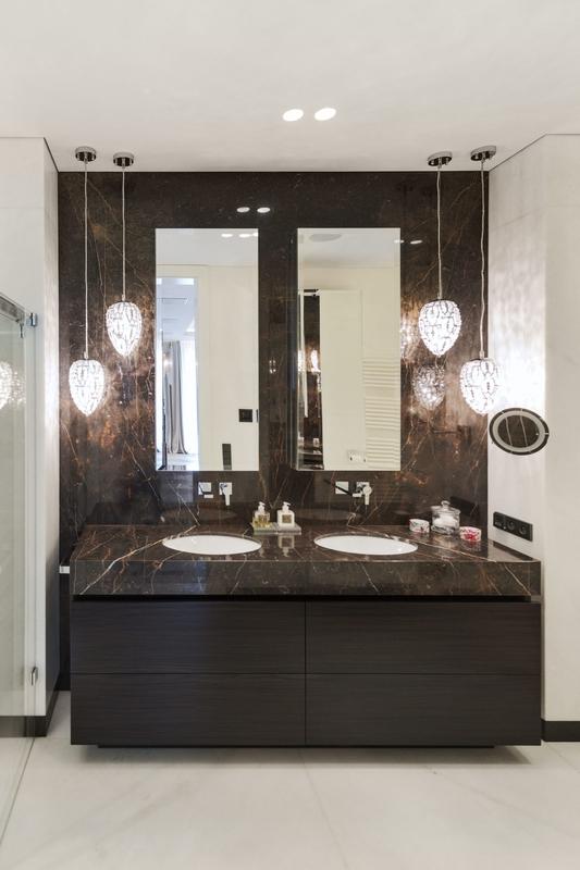 Dwa lustra w łazience z brązowym marmurem