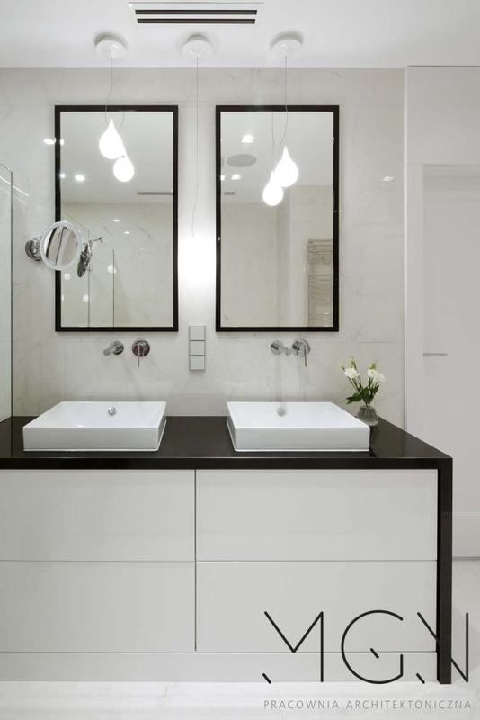 Dwa lustra w drewnianych ramach w aranżacji łazienki