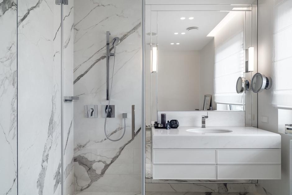 Dwa lustra jedno do makijażu w łazience z marmurem na ścianie