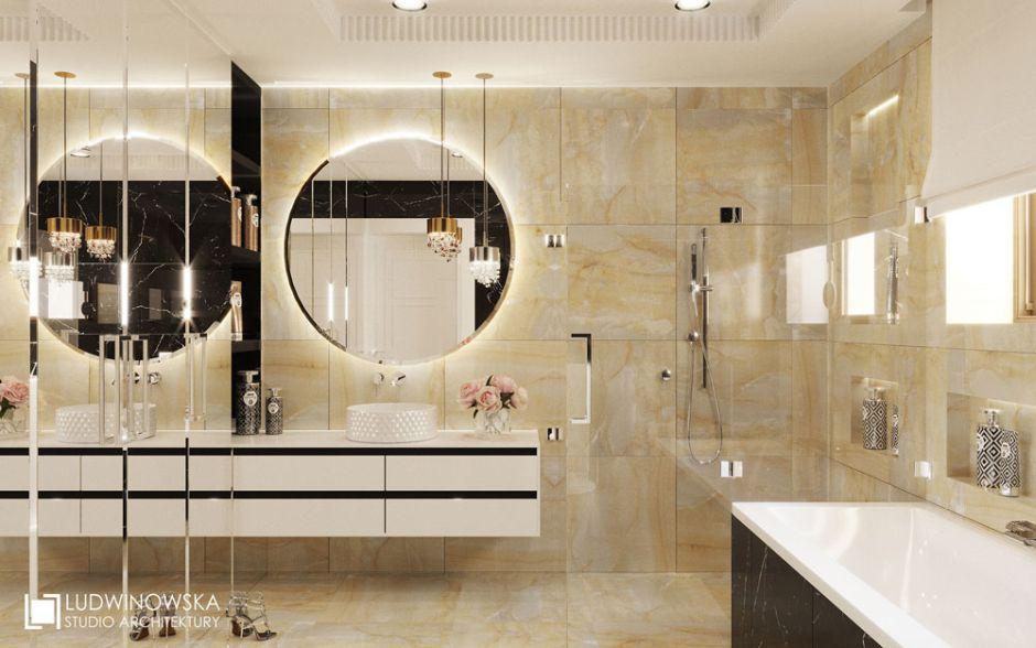Duże okrągłe lustro w łazience w stylu glamour