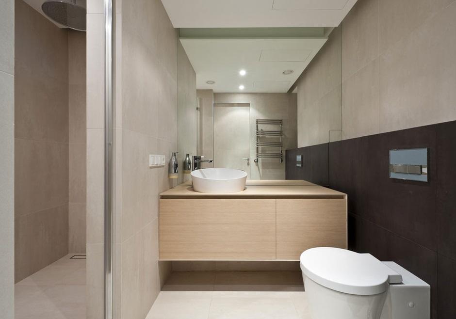 Duże naścienne lustro w minimalistycznej łazience