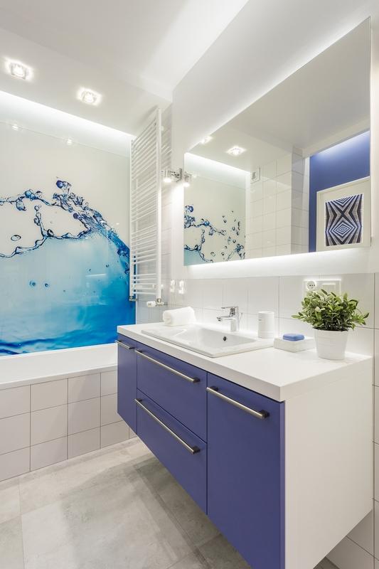 Duże lustro z podświetleniem w łazience z fototapetą