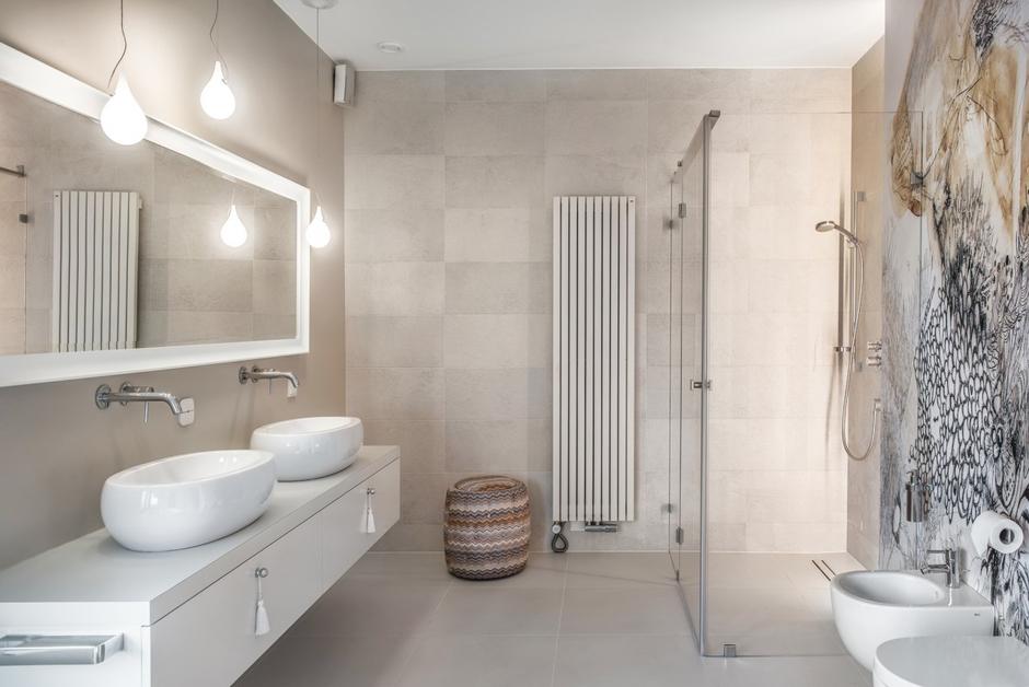 Duże lustro z białą ramą w łazience z fototapetą