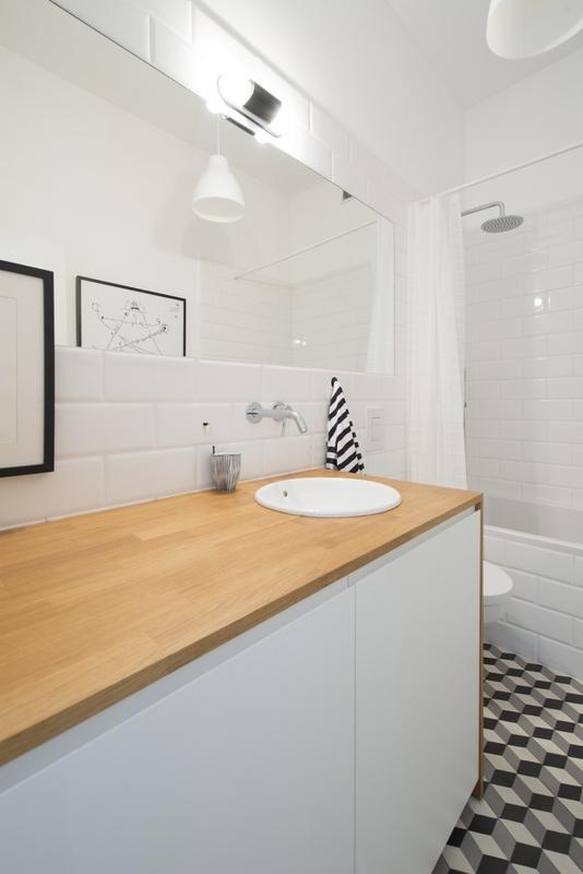 Duże lustro w łazience z płytkami 3D na podłodze