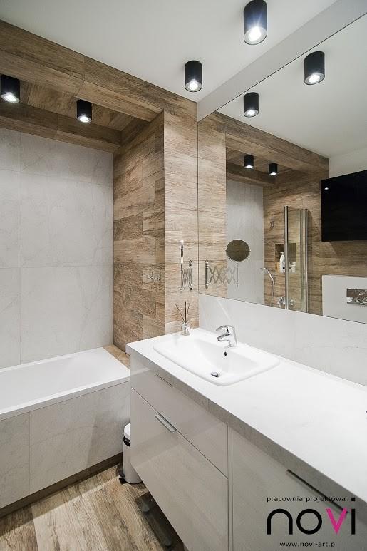 Duże lustro w łazience w kolorach bieli, czerni i drewna