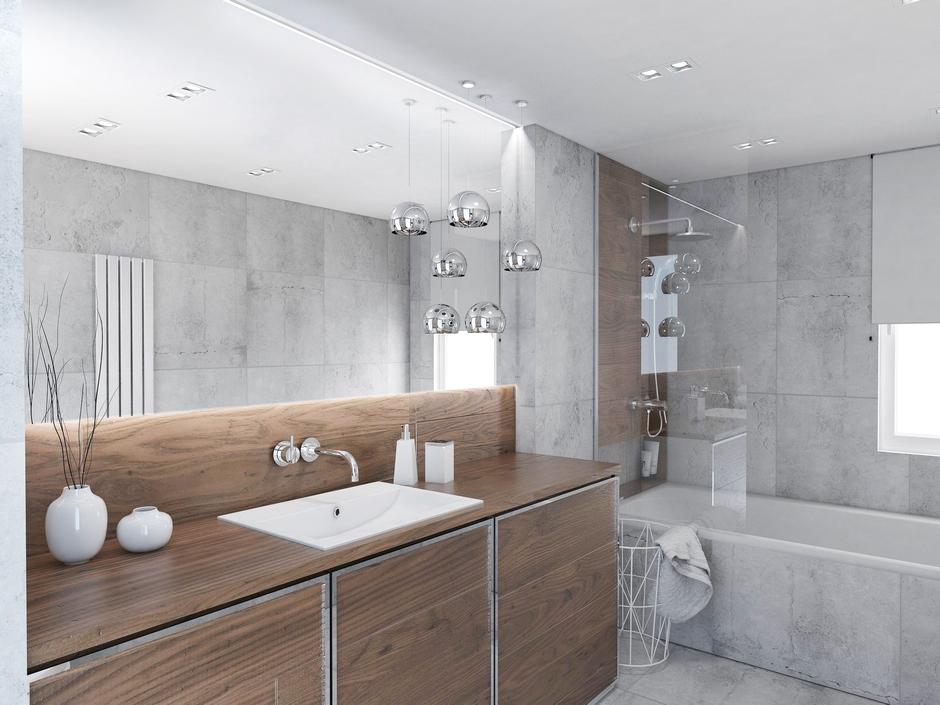 Duże lustro w szarej łazience z drewnem