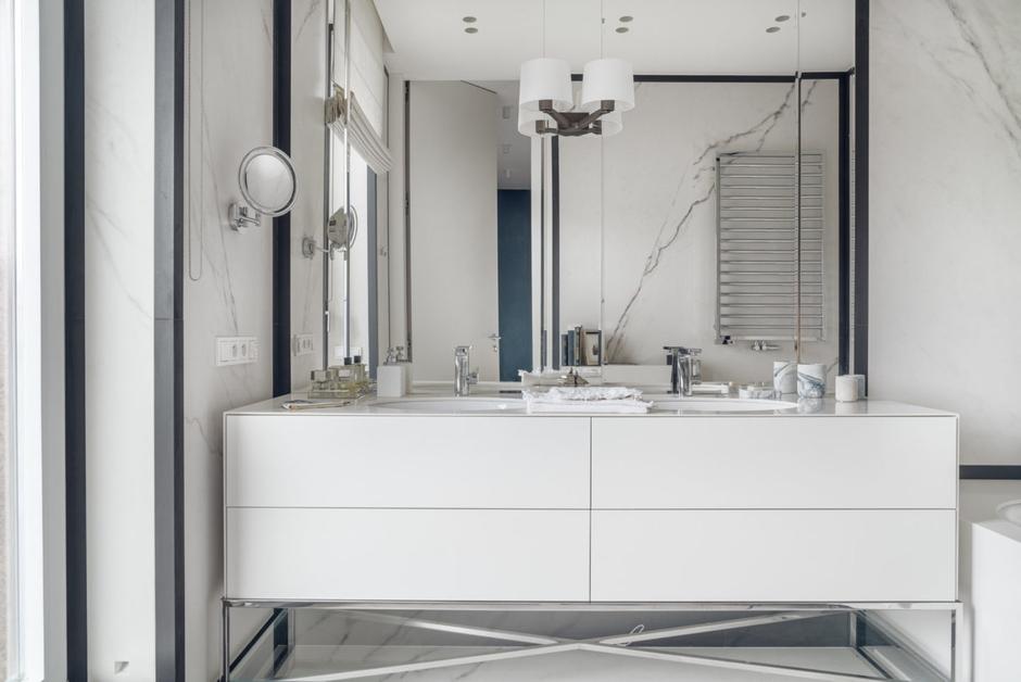 Duże lustro w marmurowej łazience dla dwojga