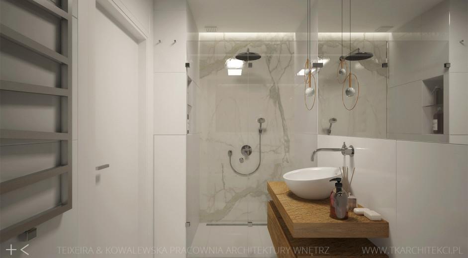 Duże lustro w łazience z prysznicem we wnęce