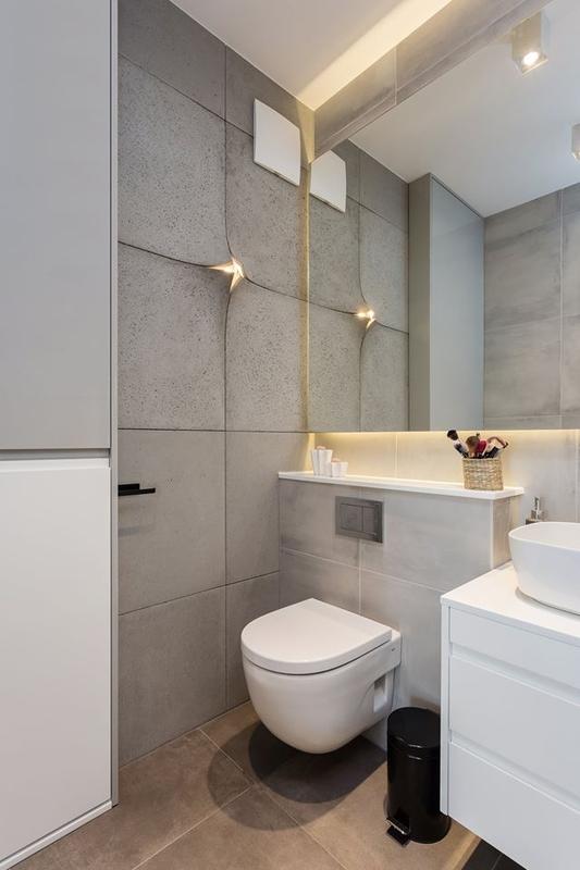 Duże lustro w łazience z oryginalnym oświetleniem