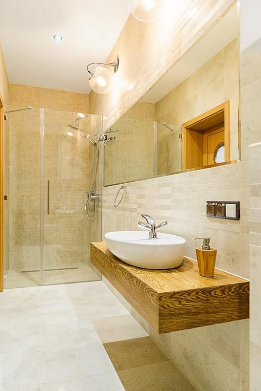 Duże lustro w łazience z moziaką i prysznicem