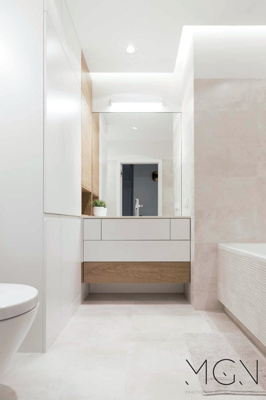 Duże lustro w łazience z elementami drewna