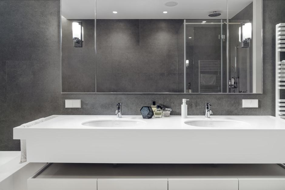 Duże lustro w łazience z dwiem umywalkami