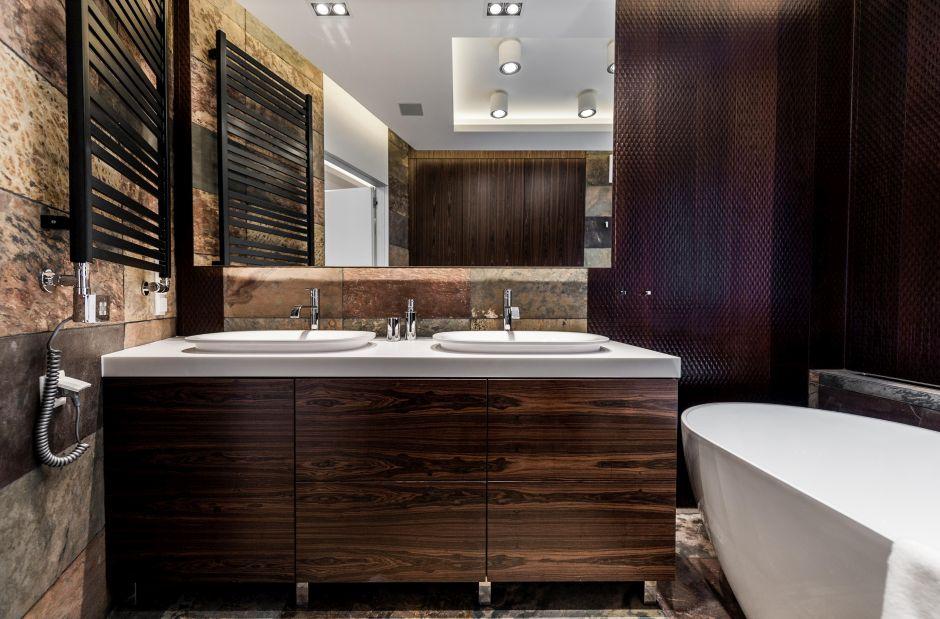 Duże lustro w łazience z dwiema umywalkami
