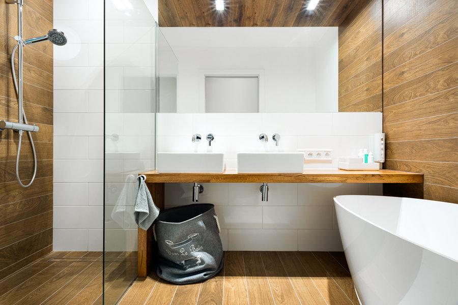 Duże lustro w łazience w kolorze bieli i drewna