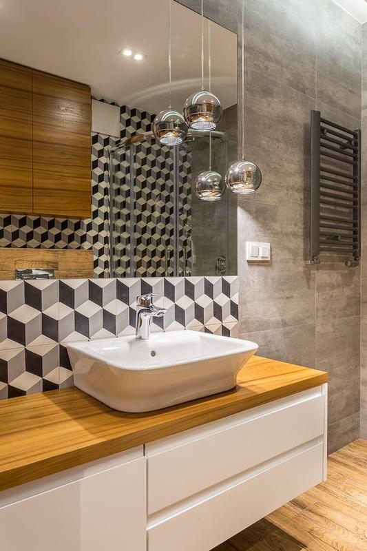 Duże lustro w łazience z płytkami 3D
