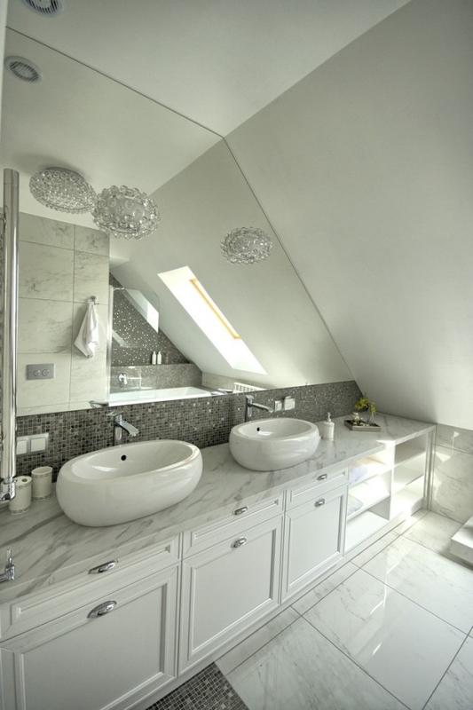 Duże lustro w łazience na poddaszu