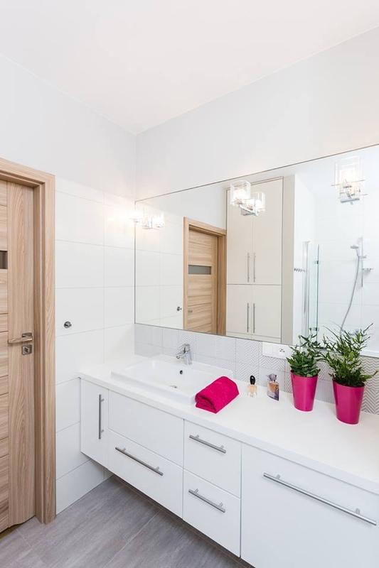 Duże lustro w aranżacji łazienki