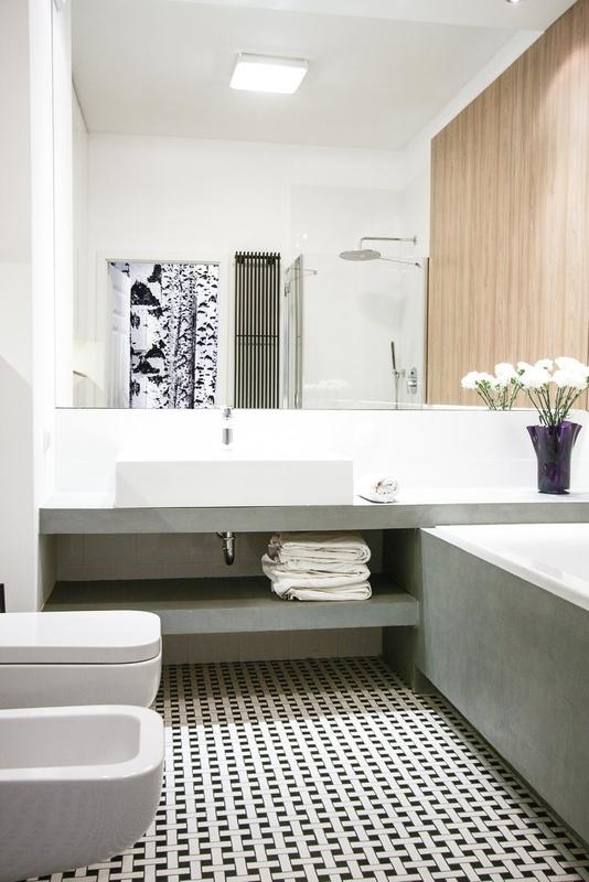 Duże lustro powiększające optycznie przestrzeń małej łazienki