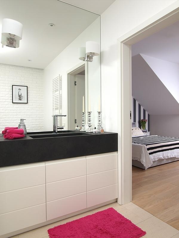 Duże lustro w biało-czarnej łazience z rózowymi detalami