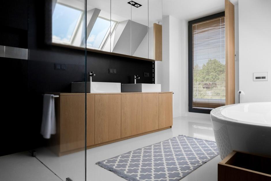 Duża szafka z lustrem w łazience z wanną wolnostojącą