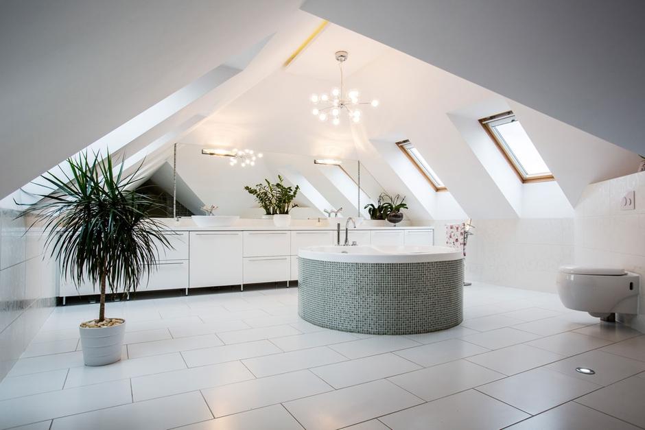 Duża łazienka na poddaszu z lustrem i wanną wolnostojącą