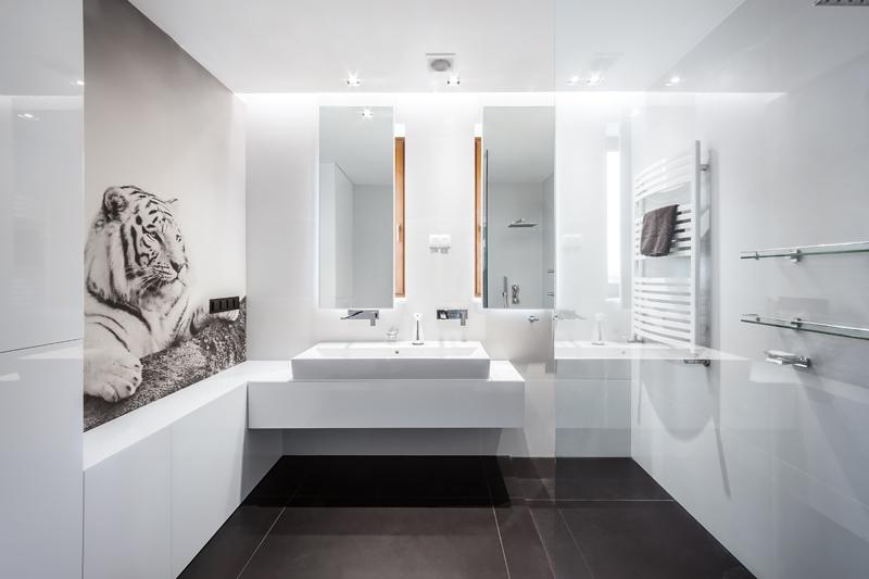 Duża jasna łazienka z fototapetą i dwoma prostokątnymi lustrami