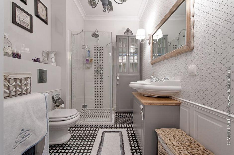 Drewniana żłobiona rama lustra w łazience w stylu francuskim
