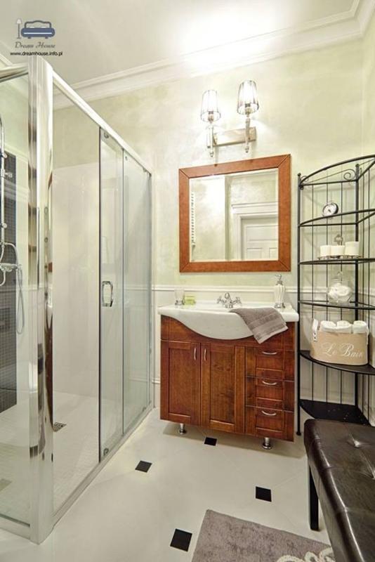 Drewniana rama lustra w łazience w stylu nowojorskim