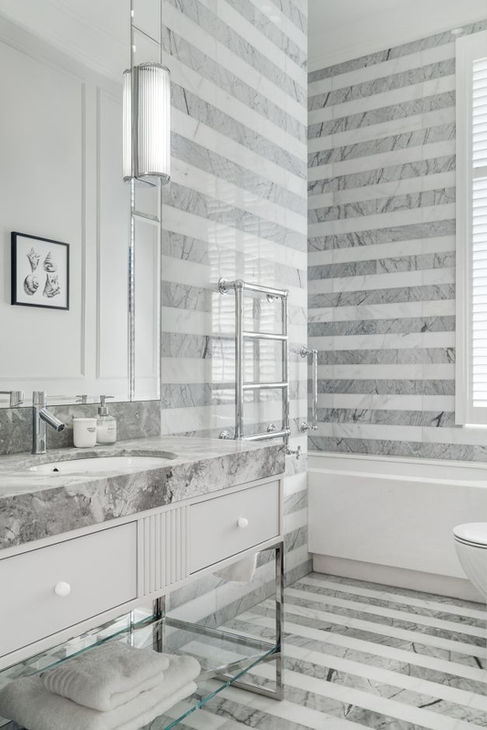 Chrom i marmur w eleganckiej łazience z dużym lustrem