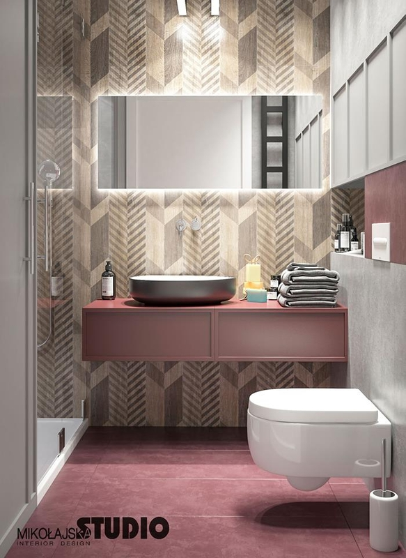 Ceramiczne płytki ze wzorem jodełki w łazience z podświetlonym lustrem