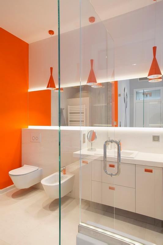 Biało-pomarańczowa łazienka z dużym lustrem