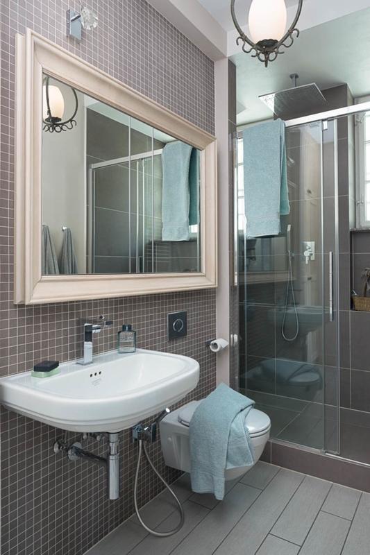 Beżowa rama lustra w łazience w stylu retro
