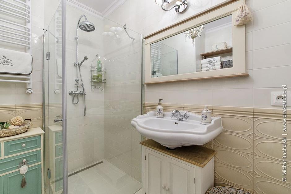 Beżowa rama lustra w łazience w stylu prowansalskim