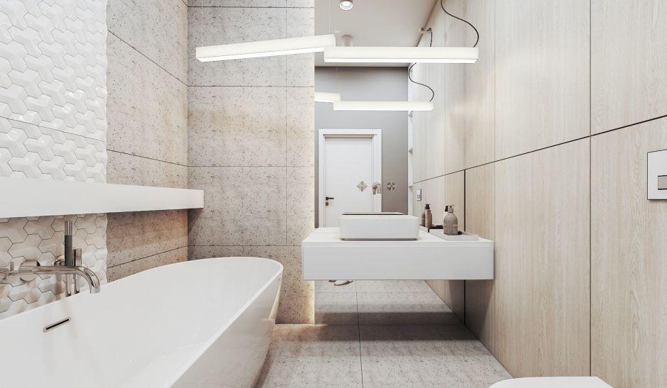 Beżowa łazienka z dużym lustrem na ścianie