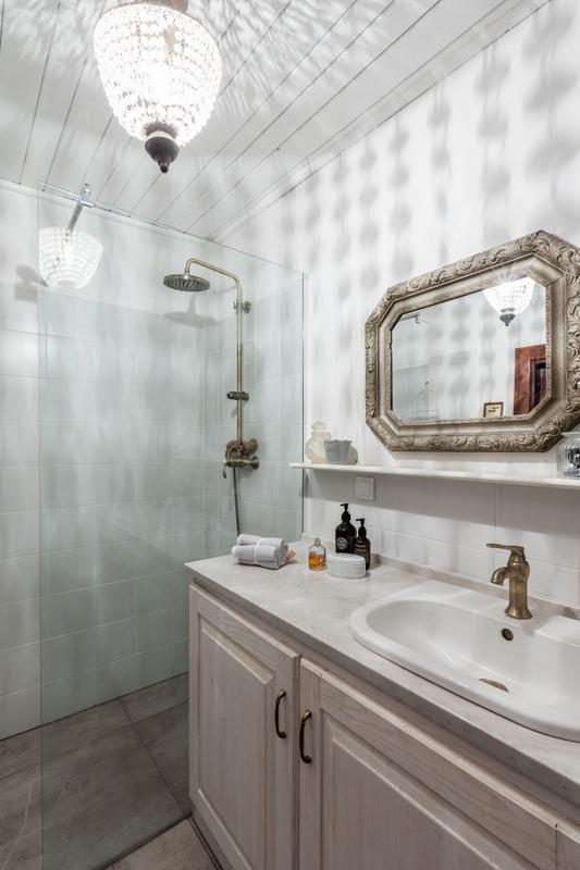 Aranżacja łazienki z lustrem w ramie z ornamentem
