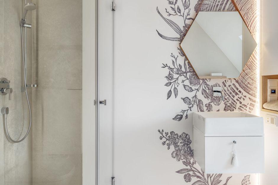 Sześciokątne lustro na pasku w jasnej łazience