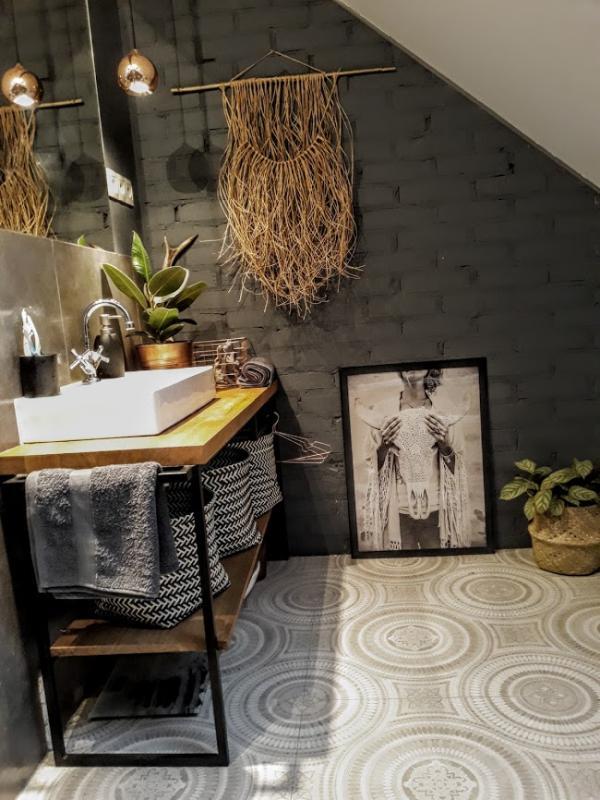 Czarna cegła, drewno, płytki w marokańskim stylu