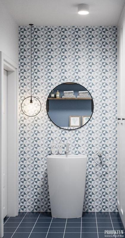 Okrągłe lustro w łazience z umywalką wolnostojącą
