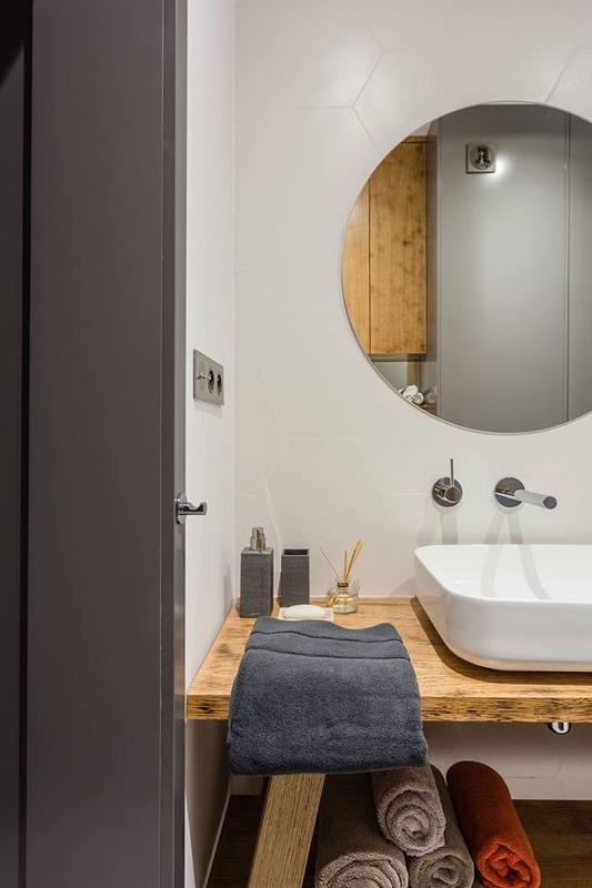Okrągłe lustro w łazience z heksagonami