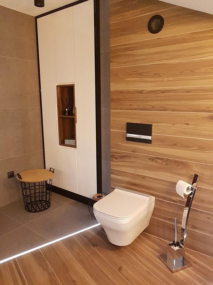 Wanna wolnostojąca z cienkim rantem w aranżacji łazienki z drewnem