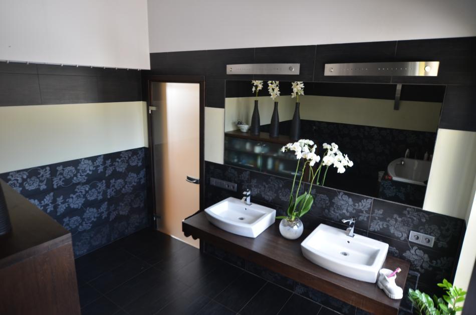 Meble łazienkowe z drewna dębowego w hebanowym kolorze
