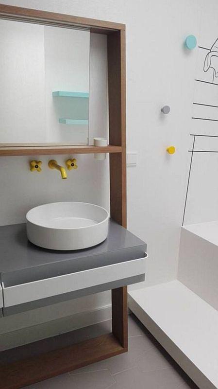 Lustro w łazience z żółtą armaturą