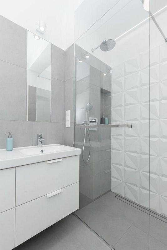 Małe lustro w łazience z płytkami strukturalnymi