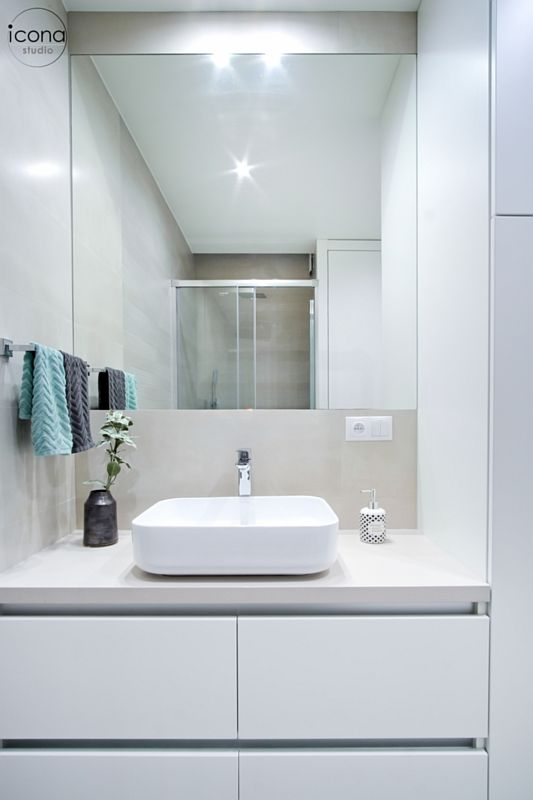 Lustro w jasnej łazience z umywalką nablatową
