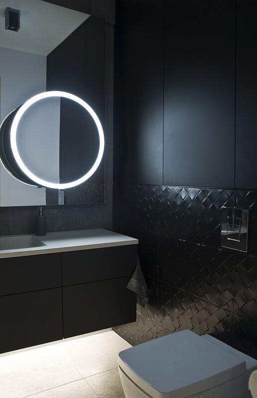Okragłe podświetlone lustro w czarnej łazience