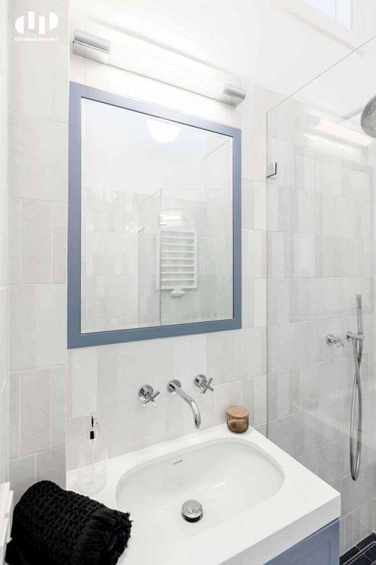 Lustro w pastelowej ramie w aranżacji łazienki
