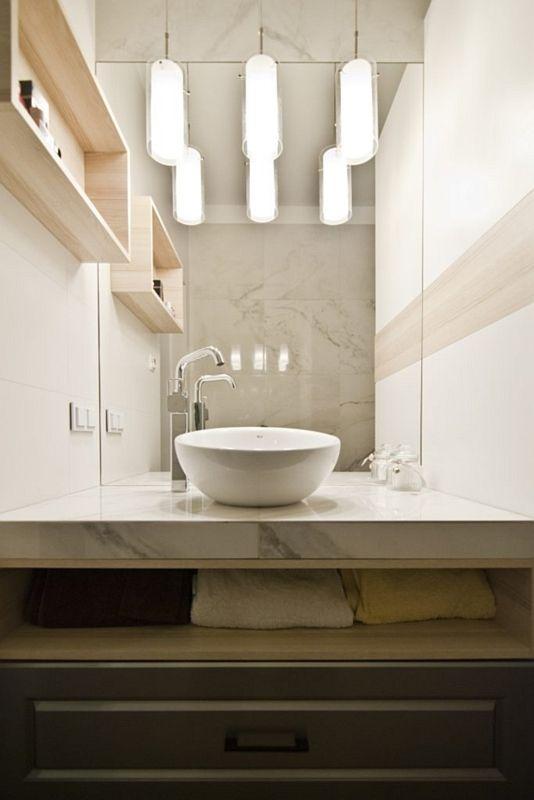 Lustro w aranżacji łazienki z okrągłą umywalką