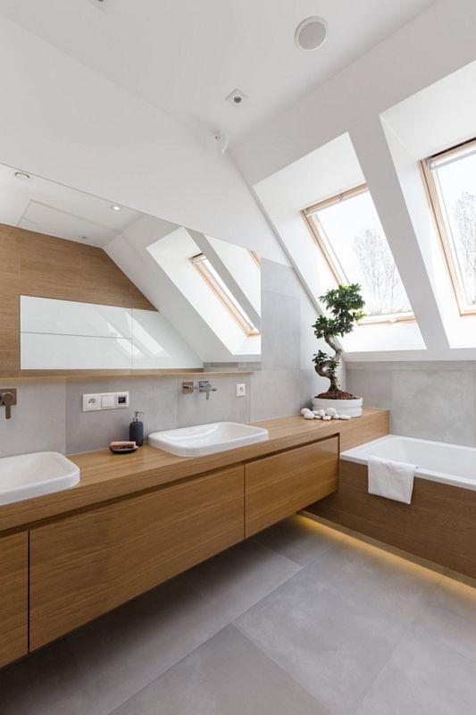 Lustro na szafce w aranżacji łazienki na poddaszu